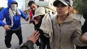 د تونس په لاریونونو کې ګڼو ښځو هم ګډون کړی و.