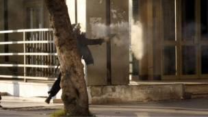 پولیسو د لاریون کوونکو د تیت پرک کولو په موخه اوښلن غاز وکارول او هوايي ډزې یې کولې.