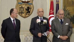 موقت ولسمشر او پخواني لومړي وزیر محمد الغنوشي د تاوتریخوالي د کابو کولو په موخه ځان د موقت ولسمشر په توګه اعلان کړ.
