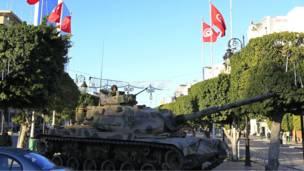 دبابة تحرس مقر وزارة الداخلية التونسية
