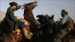 Афганские наездники играют в бузкаши