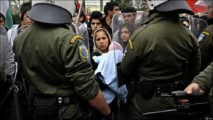 Женщина с ребенком перед солдатами