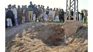 باكستانيون يتجمعون في موقع انفجار قنبلة على مشارف مدينة بيشاور