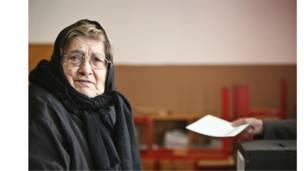 امرأة مسنة تنتظر دورها للإدلاء بصوتها في الانتخابات الرئاسية البرتغالية