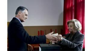 وهنا يقف الرئيس البرتغالي المنصرف سيلفا ليدلي بدوره بصوته في الانتخابات الرئاسية