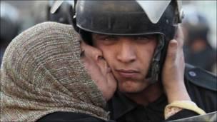 Участница выступлений целует полицейского