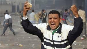 Демонстрант с камнем