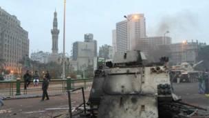 مدرعة محترقة في ميدان التحرير وسط القاهرة