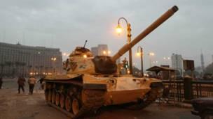 دبابة في ميدان التحرير أمام مبنى المجمع