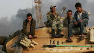 فتى فوق دبابة وسط القاهرة بعد نزول الجيش