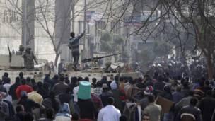متظاهر فوق دبابة وسط القاهرة