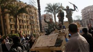جنود على عرباتهم بين المتظاهرين في ميدان التحرير