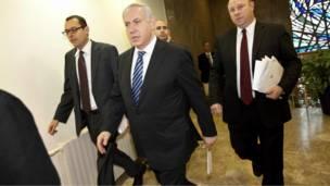 رئيس الوزراء الإسرائيلي، بنيامين نتنياهو، وسط، قُبيل اجتماع حكومته لمناقشة الوضع المتأزذِم في مصر