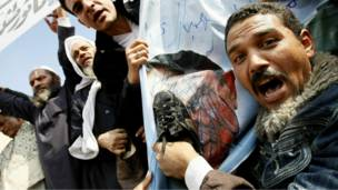 متظاهر يضرب صورة مبارك بالحذاء