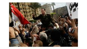 ضابط شرطة التحق بالمتظاهرين