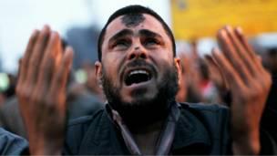 رجل يدعو بعد الصلاة