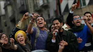 Manifestantes cantando en la Plaza Liberación, El Cairo