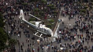 Un helicóptero sobrevuela la Plaza Liberación
