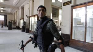 جندي داخل المتحف الوطني في القاهرة