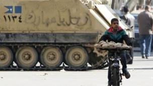 صبي يبيع الخبر في شوارع القاهرة