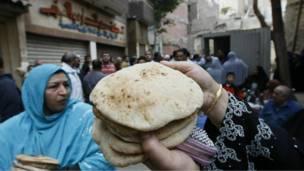مصريون يشترون الخبز