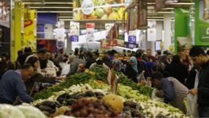 مصريون في أحد الأسواق