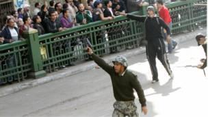 جندي يطلق النار لترهيب المتظاهرين