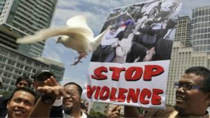 متظاهرون يطلقون حمامة سلام