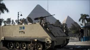 Танк у пирамид