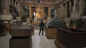 Солдат охраняет музей