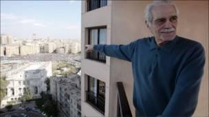 Голливудская кинозвезда Омар Шариф наблюдает за происходящим на каирской площади Тахрир