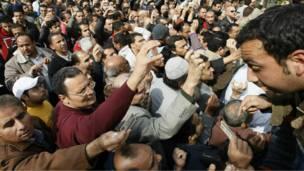 مصريون يظهرون البطاقات الشخصية