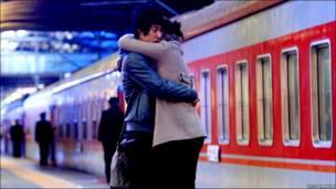 Một đôi uyên ương chia tay tại nhà ga ở Bắc Kinh hôm 1/2/2011