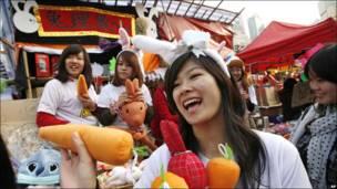 Các cô gái ở Hong Kong bán cà rốt