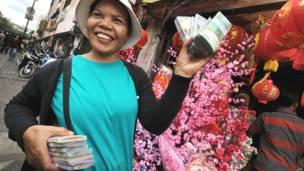 Phụ nữ Indonesia bán tiền mới ở Chinatown tại Jakarta