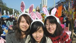 Các cô gái ở Hong Kong với nơ thỏ