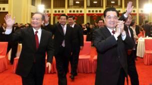Thủ tướng Ông Gia Bảo (trái) và Chủ tịch Hồ Cẩm Đào (phải) trong lễ mừng năm mới của Ban Chấp hành Trung ương