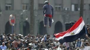 المتظاهرون يعلقون دمية تمثل الرئيس المصري حسني مبارك