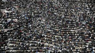 المتظاهرون يؤدون صلاة الجمعة