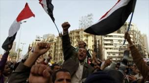 تواصلت الاحتجاجات يوم الجمعة على الرغم من التنازلات التي قدمها مبارك