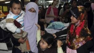 عائلة أجنبية تستعد لمغادرة مصر