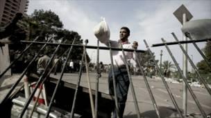 ناشط مصري يوزع الطعام على المتظاهرين