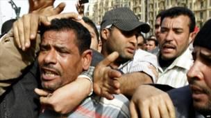متظاهرون يلقون القبض على شخص يعتقدون أنه من مؤيدي مبارك