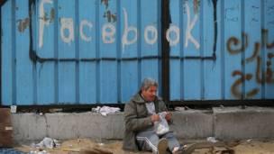 """وبعيدا عن ميدان التحرير، عبر البعض عن اعجابهم بـ""""ثورة الشباب"""" التي انطلقت من موقع فيسبوك"""