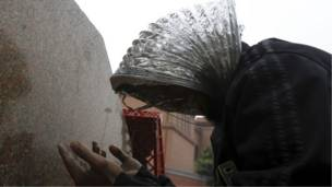 په تحریر میدان کې لاریون کوونکی لمونځ کوي او خپل سر یې د تیږو پر وړاندې پټ کړی دی.