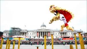 专程由香港来伦敦参与演出的醒狮团队在梅花桩上表演绝技。