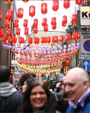 唐人街一带被前来凑热闹感受新年气氛的游客挤得水泄不通。
