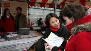 BBC英伦网也在特拉法加广场专门开设摊位宣传,并邀请公众透过BBC英伦网向亲友拜年。