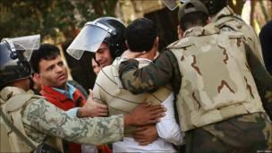مصري پوځيان د ولسمشر مبارک یو پلوی د تحریر میدان ته له ننوتلو منعه کوي (یکشنبه، د فبرورۍ شپږمه)