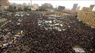 لاریوني په تحریر میدان کې د پرله پسې ۱۳ مې ورځې په مظاهرو کې .